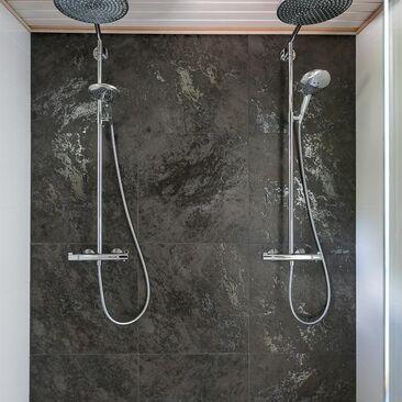 Suuret laatat ja sadesuihkut kylpyhuoneessa