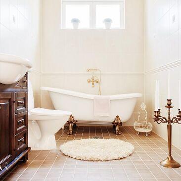 Kaunis tassuamme kylpyhuoneessa