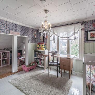 Perhosia lastenhuoneen seinillä