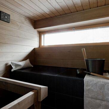 Helppohoitoiset kaakeloidut lauteet saunassa