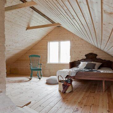 Kauniit nukkumatilat mökin yläkerrassa