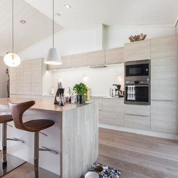 Kaunis keittiö vaaleasta puusta