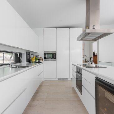 Valkoinen ja puhdaslinjainen keittiö