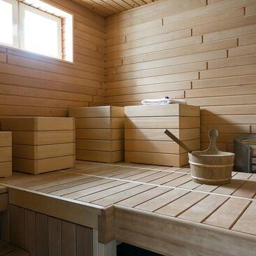 Hauskat jakkarat saunassa