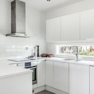 Tyylikäs ja ajaton valkoinen keittiö