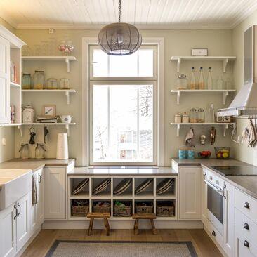Puusepän tekemä, kartanotyylinen keittiö