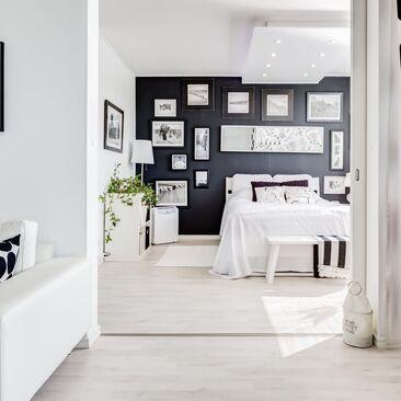 Mustavalkoinen sisustus jatkuu läpi asunnon