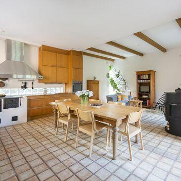 Viihtyisä keittiön ja oleskelutilan yhdistelmä