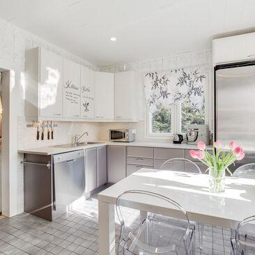 Tupamainen tunnelma modernissa keittiössä
