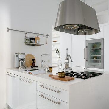 Valkoinen keittiö niemekkeellä