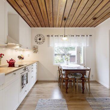 Kauniisti remontoitu keittiö puukattoineen