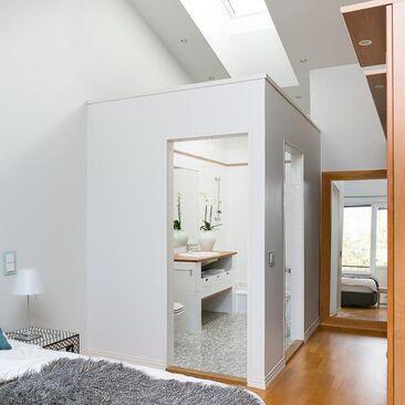Ylellinen kylpyhuone makuuhuoneen yhteydessä
