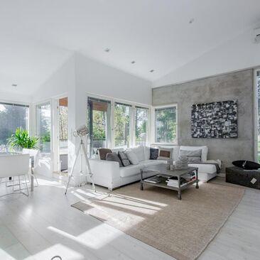 Valkoista pintaa ja rouheita yksityiskohtia olohuoneessa