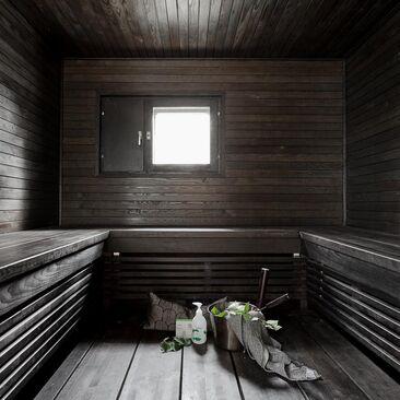 Tumma sauna suuremmallekin porukalle