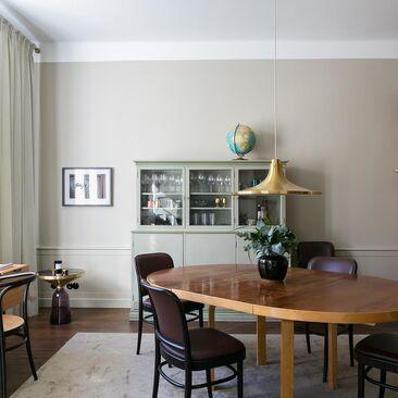 Ajattomaan tyyliin sisustettu ruokailuhuone