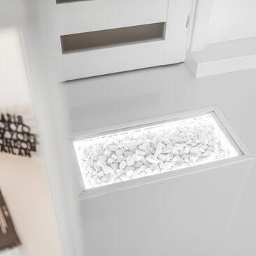 Upea valaistu sisustusallas eteisen lattiassa