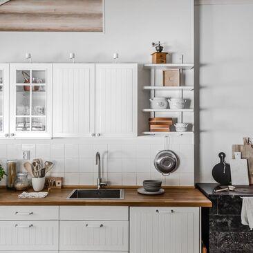 Hirsitalon kodikas keittiö puuliedellä