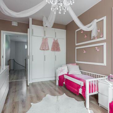Pinkkiä lastenhuoneessa