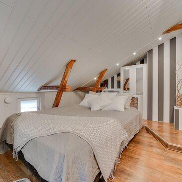 Kauniit kattoparrut makuuhuoneessa