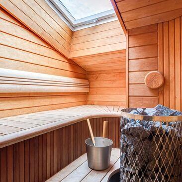 Ullakkohuoneiston sauna kattoikkunalla