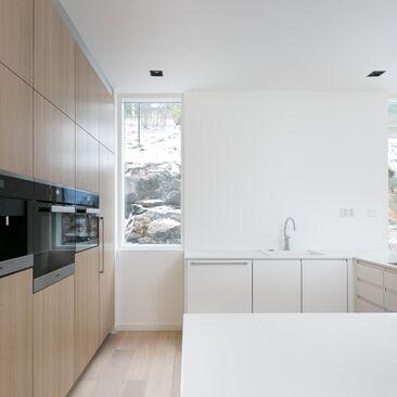 Kallio osana valoisan keittiön sisustusta