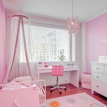 Vaaleanpunainen tytön huone