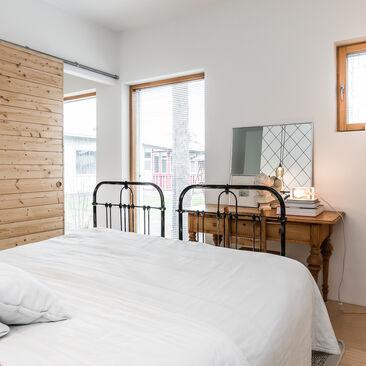 Kaunis puinen liukuovi makuuhuoneessa