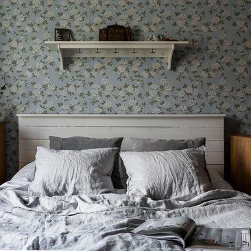Kaunista ruusutapettia makuuhuoneessa