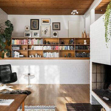 Viihtyisä olohuone avotakkoineen