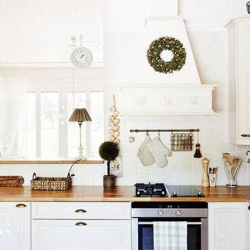 Vaaleaa puuta keittiössä
