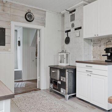 Mökin keittiössä on tunnelmallinen vanha puuhella