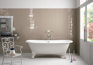 Aaltoilevien laattojen kauniisti heijastama valo lisää kylpyhuoneen tunnelmaa