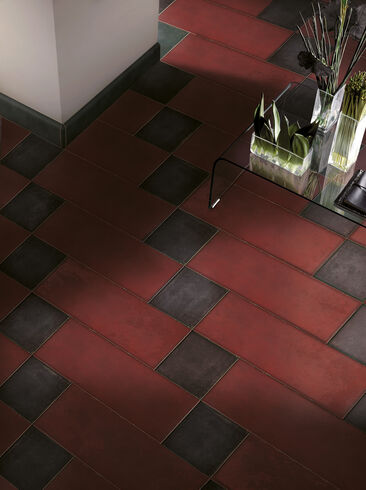 Sävähdyttävä viininpunainen lattialaatta tuo huoneeseen arvokasta ja mystistä tunnelmaa