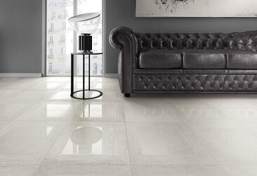 Mustat kalusteet ja valkoinen laatoitus luo huoneeseen karismaattisen kontrastin
