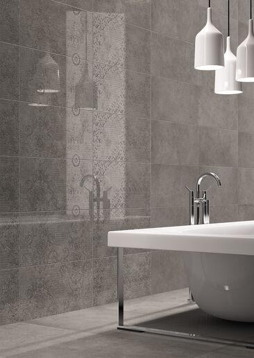 Hillitty tehosteseinä korostaa kylpyhuoneen neutraalin seesteistä ilmettä