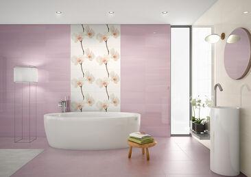 Herkkä vaaleanpunainen laatoitus tunnelmalisessa kylpyhuoneessa