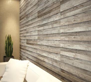 Vanhaa rustiikkista puulankkua jäljittelevä laatta elävöittää seinän pintaa