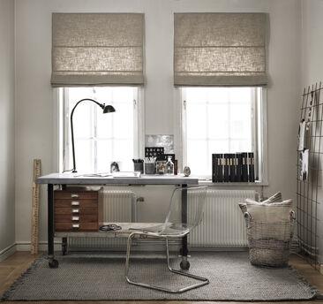 Työhuoneen persoonallinen ilme rakentuu hillityn rustiikkisista kalusteista