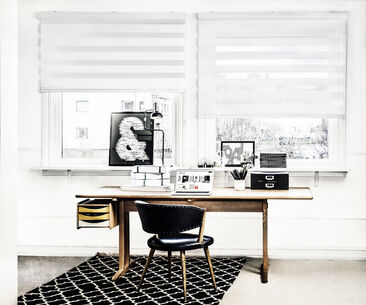 Rullakaihdinten paksut vaakasuorat raidat tuovat työhuoneeseen rytmiä ja järjestystä