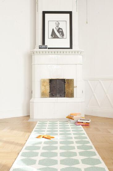 Maton turkoosi kuvio luo kiinnostavan kontrastin valkoisen takkahuonetilan klassisille piirteille