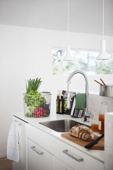 Selkeää, hillittyä estetiikkaa modernin keittiösaarekkeen yksityiskohdissa