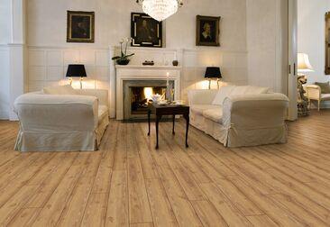 Hienovarainen lehtikuviointi lattialaminaatissa täydentää klassisen kauniin takkahuoneen
