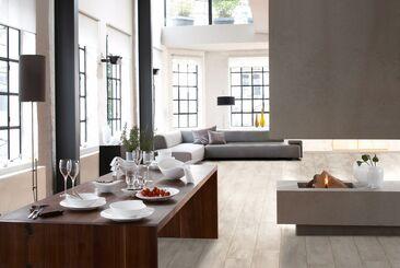 Laajat puu- ja kivipinnat täyttävät modernin, ajattoman tyylikkään olohuonetilan