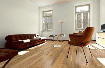 Kaunis laminaattipinta luo olohuonetilaan lämmintä ja maanläheistä tunnelmaa