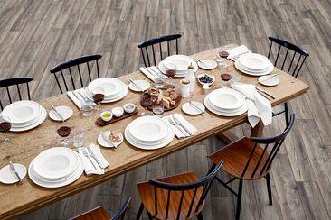Puupinnan kauneutta ruokailutilassa laminaattilattiasta kalusteisiin