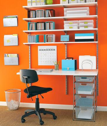 Kompaktin kokoinen työpiste pirteän värisellä tehosteseinällä