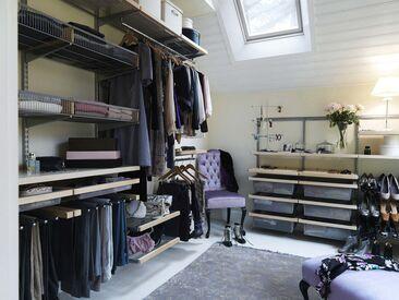 Avaran vaatehuoneen sisustus yhdistelee taitavasti hennon violettia ja vaaleaa puuta.