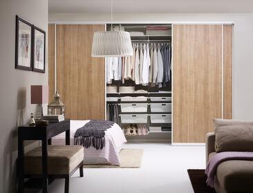 Makuuhuoneen harmoninen sisustus reilun kokoisella säilytystilalla