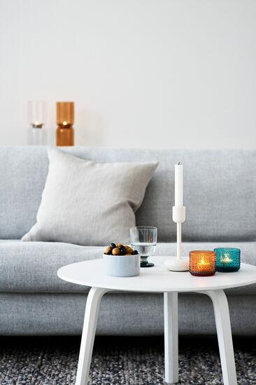 Modernin olohuoneen sisustuksen viimeistelee kauniit käyttöesineet
