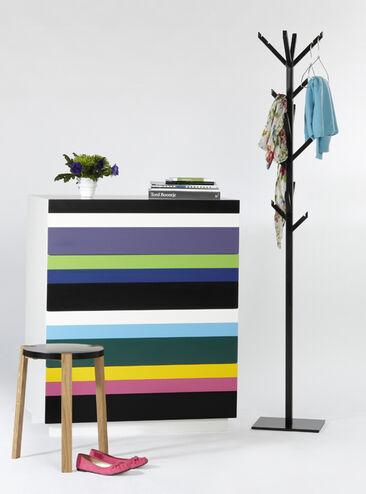Linjakkuutta ja värikkyyttä eteisen käytännöllisissä kalusteissa